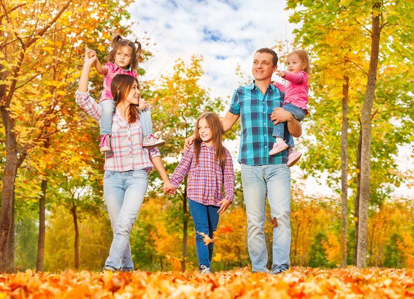 Дети гуляют в осеннем парке картинки